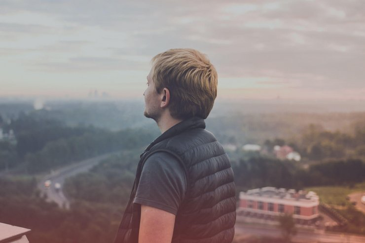humain homme regarde vers horizon
