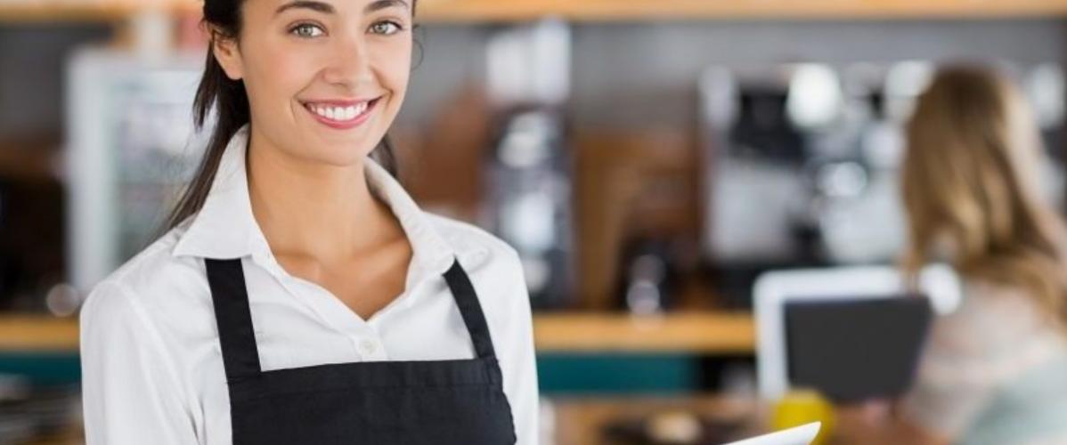Serveuse de restaurant souriante
