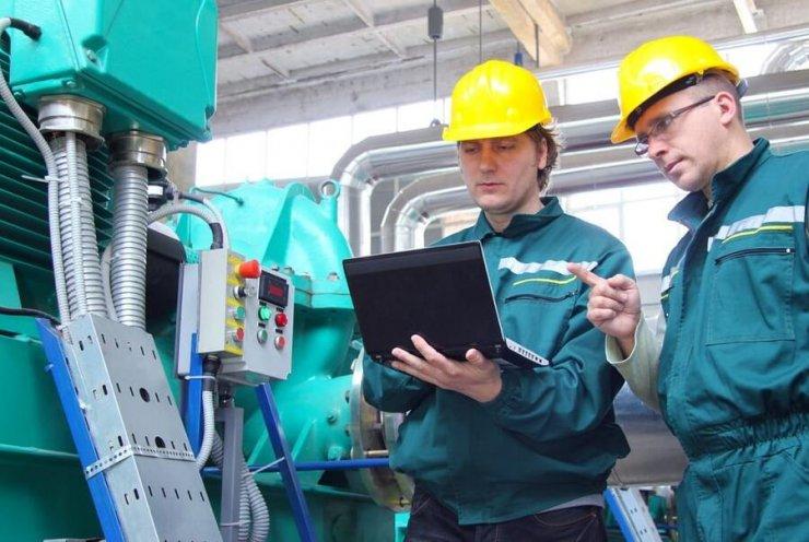 Dans l'industrie deux opérateurs communiquent avec le siège