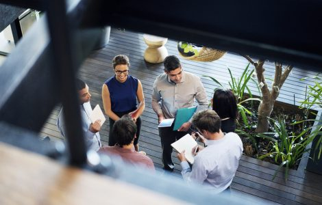 Collaborateurs discutant dans un hall d'entreprise