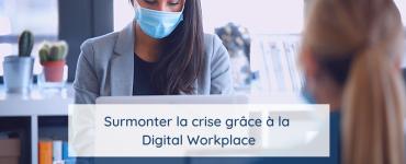 Deux femmes portant des masques travaillent sur une Digital Workplace pendant la crise de Covid-19